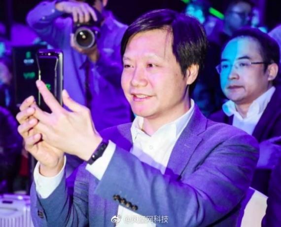 Главу Xiaomi заметили с похожим на Mi Band 3 браслетом1