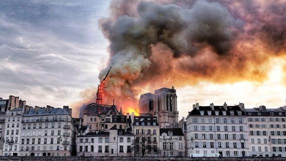 В Париже горит собор Нотр-Дам-де-Пари6