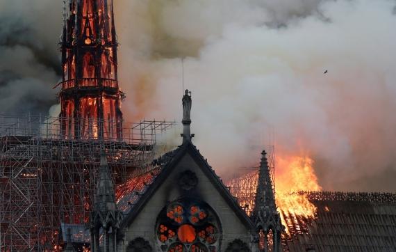 В Париже горит собор Нотр-Дам-де-Пари9
