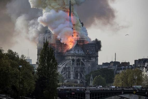 В Париже горит собор Нотр-Дам-де-Пари8