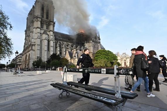 В Париже горит собор Нотр-Дам-де-Пари13