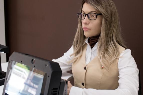 В пермском МФЦ помогает с оформлением документов человекоподобный робот2