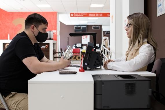 В пермском МФЦ помогает с оформлением документов человекоподобный робот1