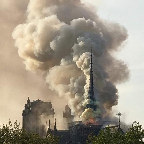 В Париже горит собор Нотр-Дам-де-Пари3