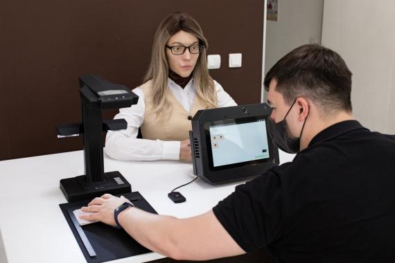 В пермском МФЦ помогает с оформлением документов человекоподобный робот0