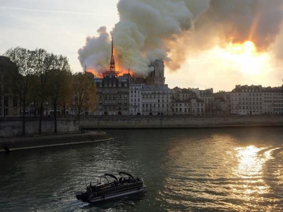 В Париже горит собор Нотр-Дам-де-Пари14