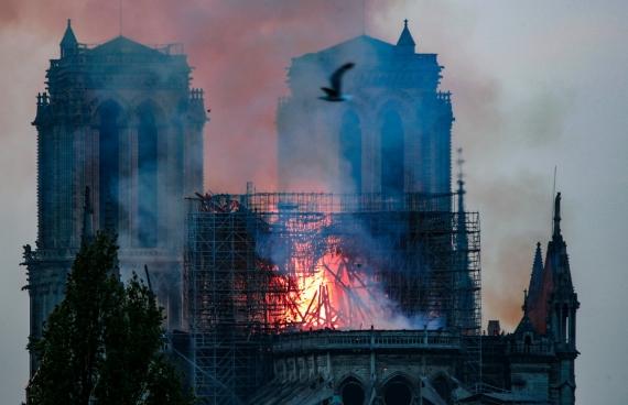 В Париже горит собор Нотр-Дам-де-Пари7