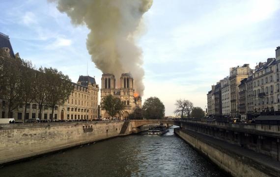 В Париже горит собор Нотр-Дам-де-Пари12