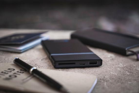 GOSPACE заряжает устройства и читает SD-карты без проводов1