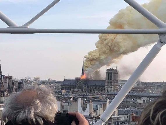 В Париже горит собор Нотр-Дам-де-Пари2