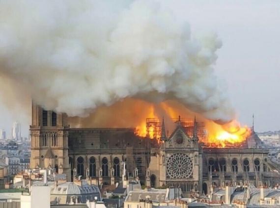 В Париже горит собор Нотр-Дам-де-Пари1