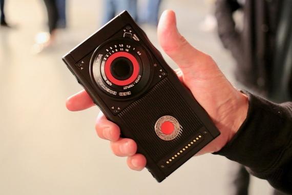 Появились первые живые фотографии RED Hydrogen One3