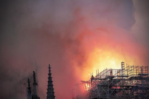В Париже горит собор Нотр-Дам-де-Пари4
