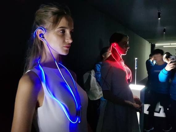 Meizu представила наушники Halo со светящимся проводом1