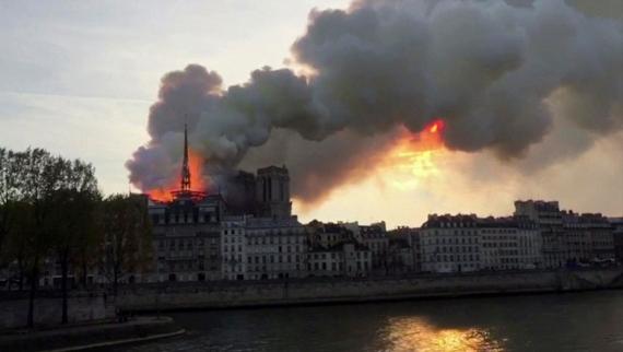 В Париже горит собор Нотр-Дам-де-Пари5