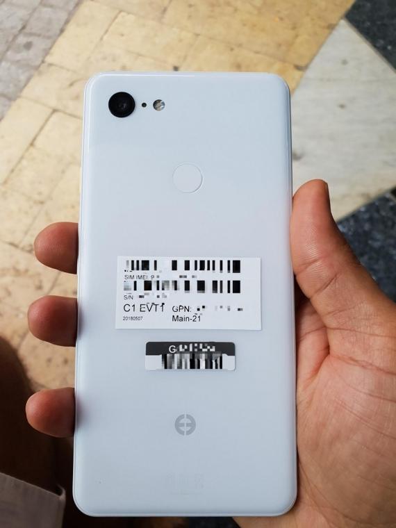 «Живые» фотографии Google Pixel 3 XL в белом цвете2