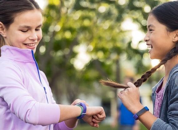 Fitbit представила умные часы и браслет для детей4