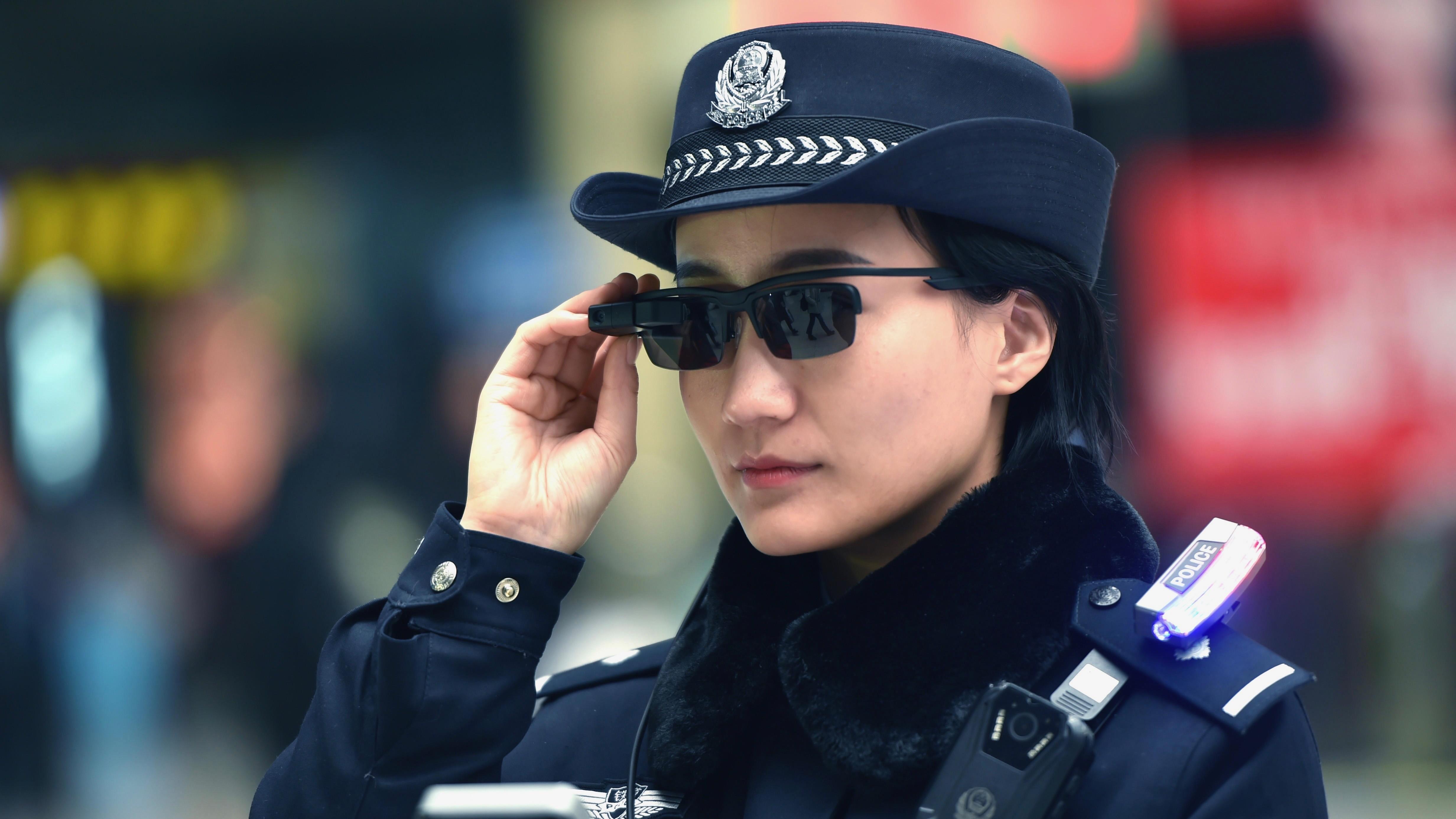 Полицейские в Китае сканируют лица прохожих, чтобы выявить преступников