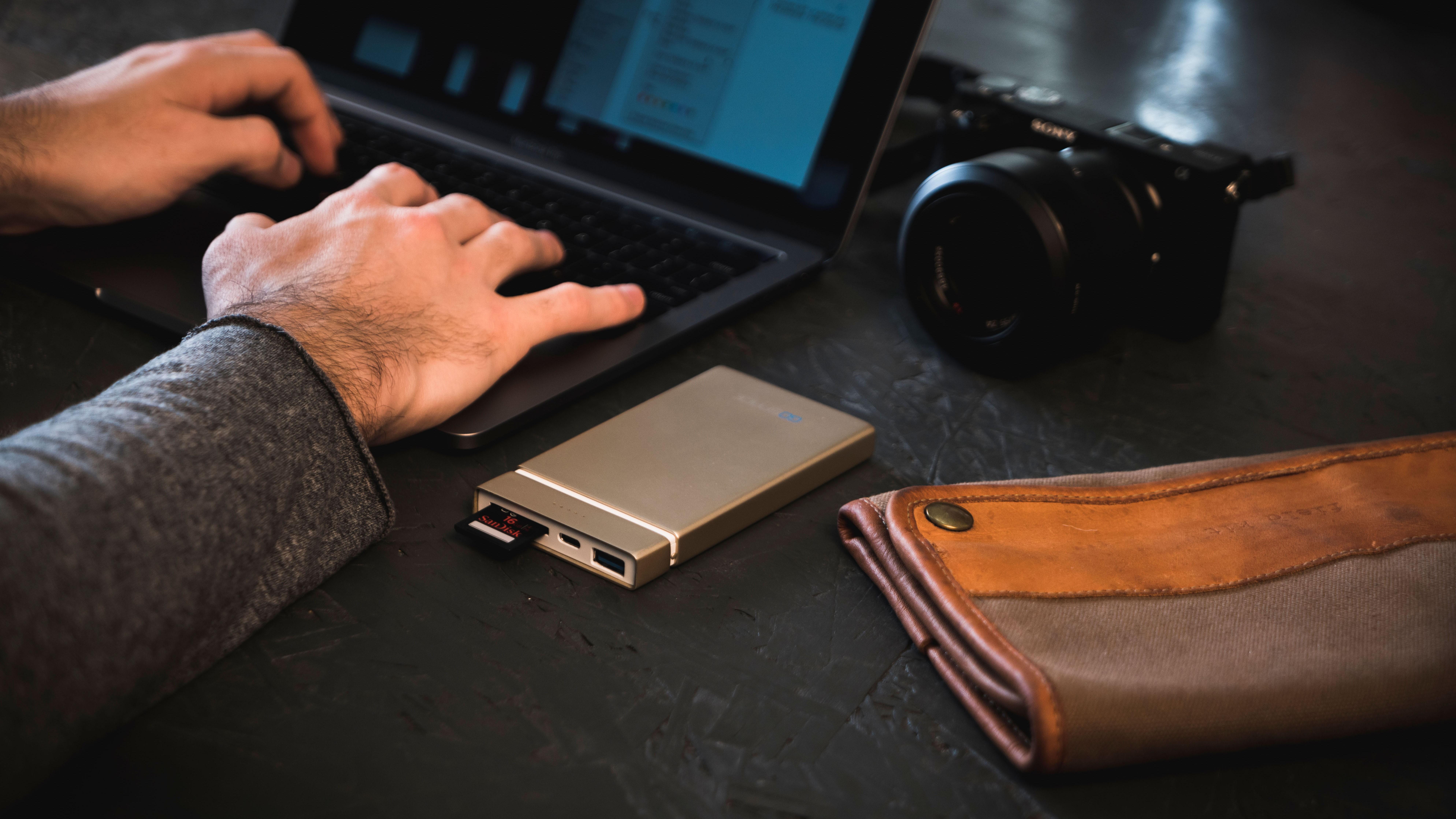 GOSPACE заряжает устройства и читает SD-карты без проводов