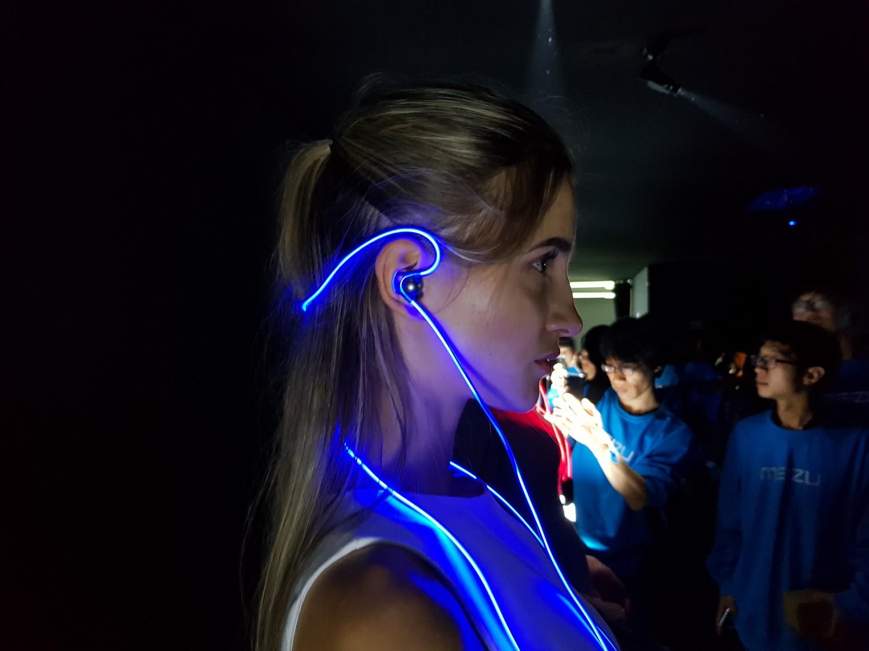 Meizu представила наушники Halo со светящимся проводом2