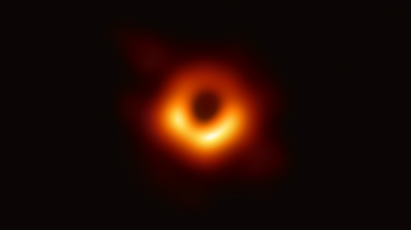 Получено первое в истории изображение чёрной дыры