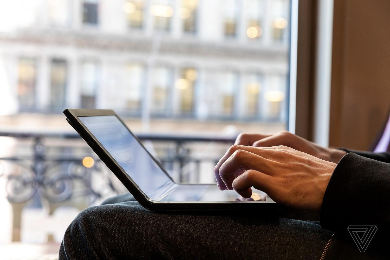 Lenovo показала первый в мире протитип ноутбука со складным экраном7