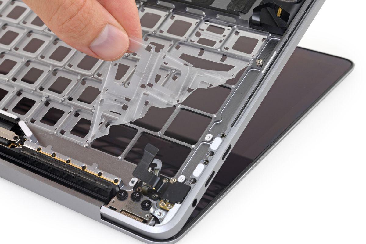 Прокладка под клавиатурой новых MacBook Pro не спасает от песка1