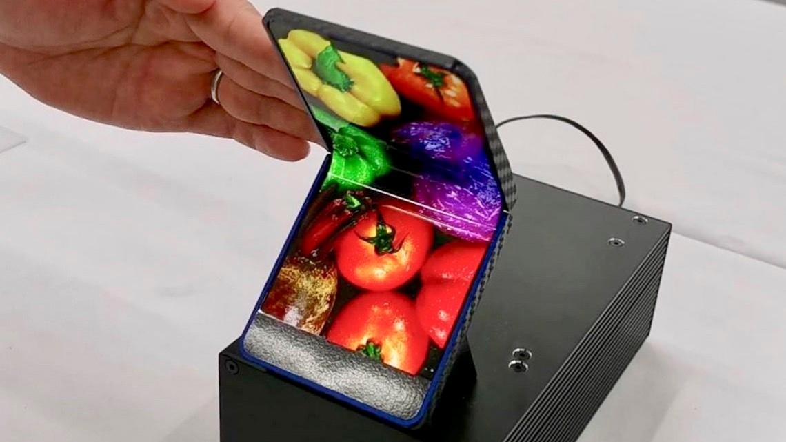 Sharp показала складной смартфон в форм-факторе «раскладушки»