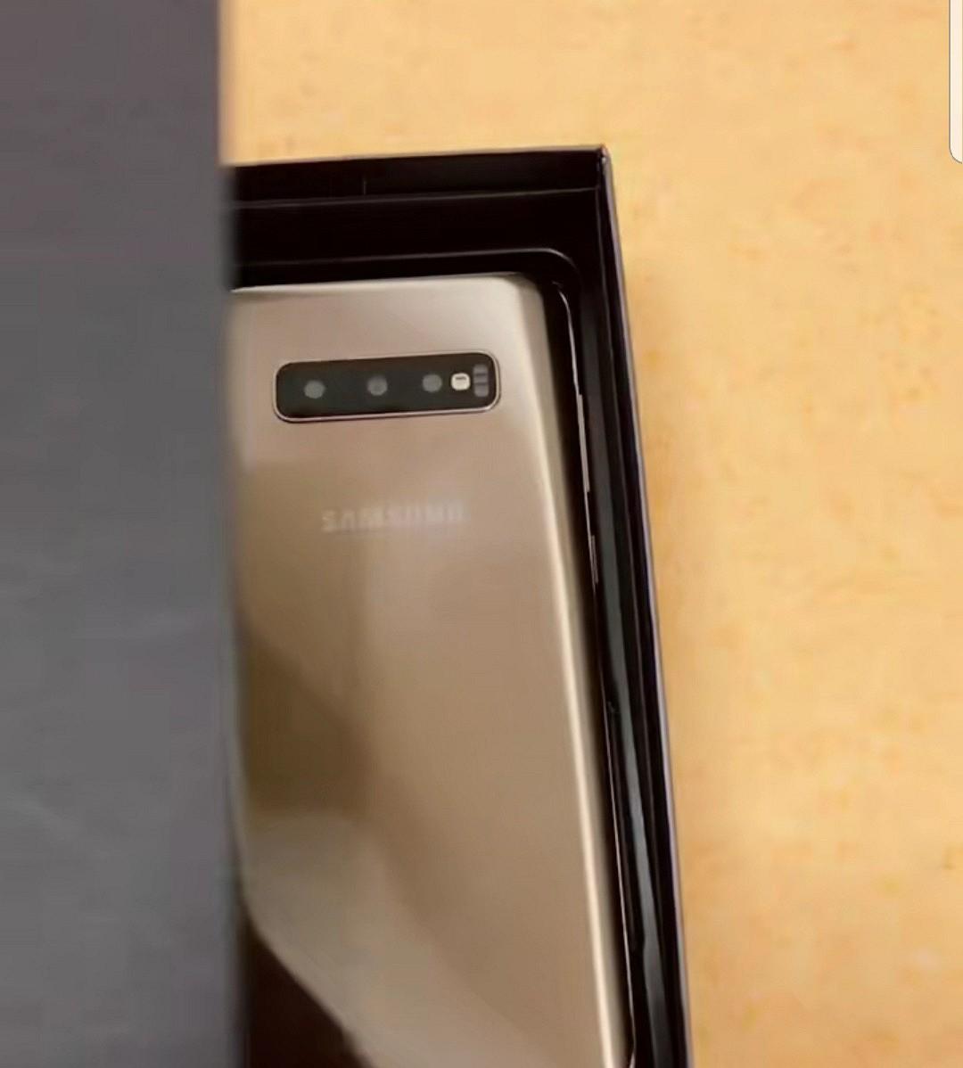 Макет демонстрирует дизайн Samsung Galaxy S10+2