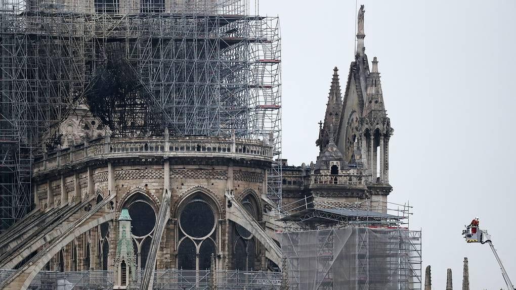 Первые фото Собора Парижской Богоматери после пожара