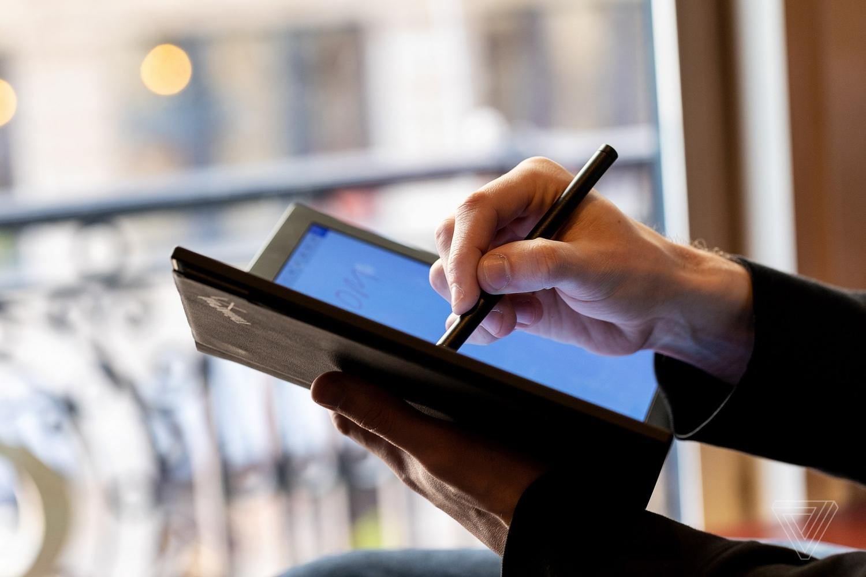Lenovo показала первый в мире протитип ноутбука со складным экраном8