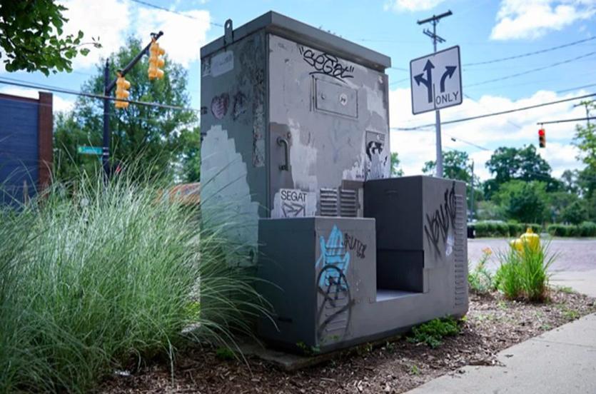 Студия J.Ruiter сделала электробайк в виде трансформаторной будки с граффити4