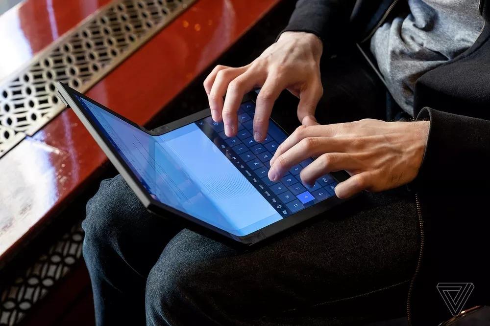 Lenovo показала первый в мире протитип ноутбука со складным экраном6