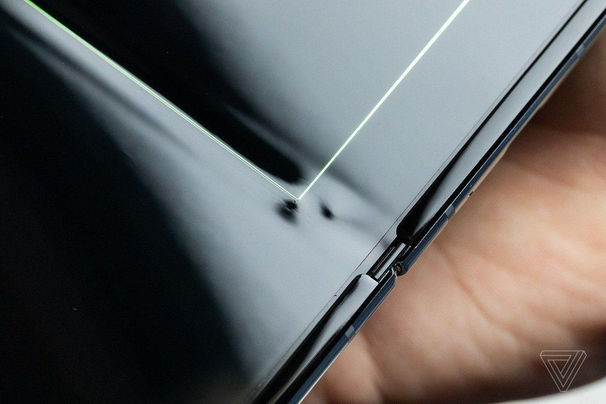 Первые пользователи складного смартфона Samsung Galaxy Fold жалуются на проблемы с дисплеем1