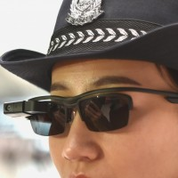 Полицейские в Китае сканируют лица прохожих, чтобы выявить преступников4