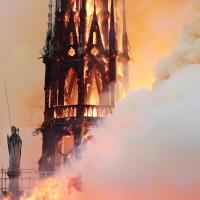 В Париже горит собор Нотр-Дам-де-Пари10