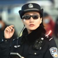 Полицейские в Китае сканируют лица прохожих, чтобы выявить преступников3