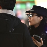 Полицейские в Китае сканируют лица прохожих, чтобы выявить преступников1