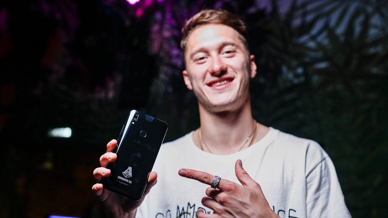 Старт продаж смартфона V9 «Локомотив» Limited Edition