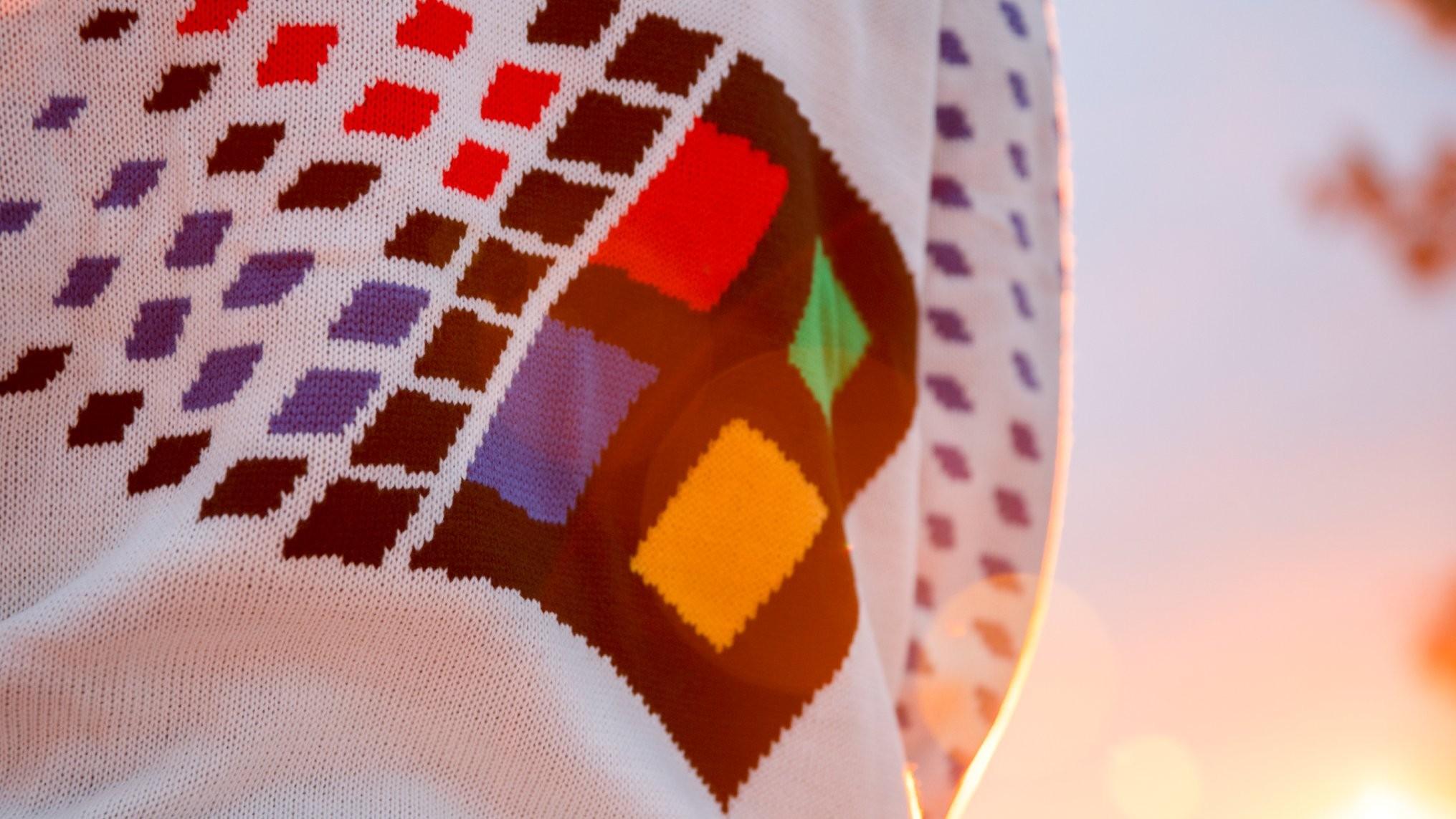 Microsoft подарит рождественский свитер в стиле Windows 95